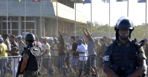 soldados-do-exercito-observam-manifetacao-de-policiais-militares-em-greve-que-desde-a-semana-passada-ocupam-a-assembleia-legislativa-do-estado-original1